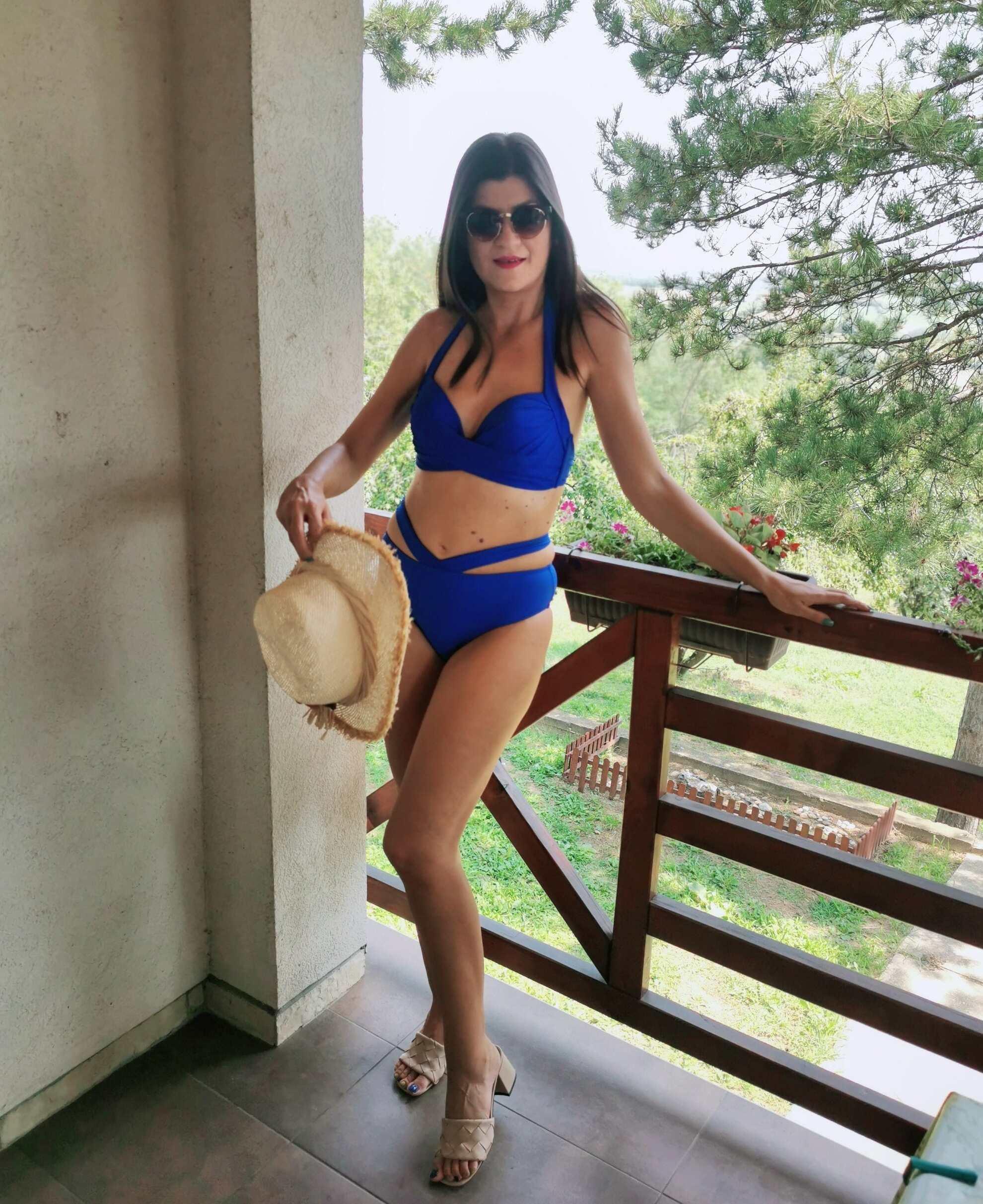 fave summer items: bikini, hat...